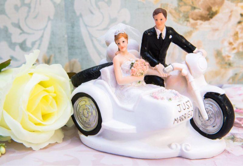Необычная свадебная фигурка для торта с молодоженами на белом мотоцикле.