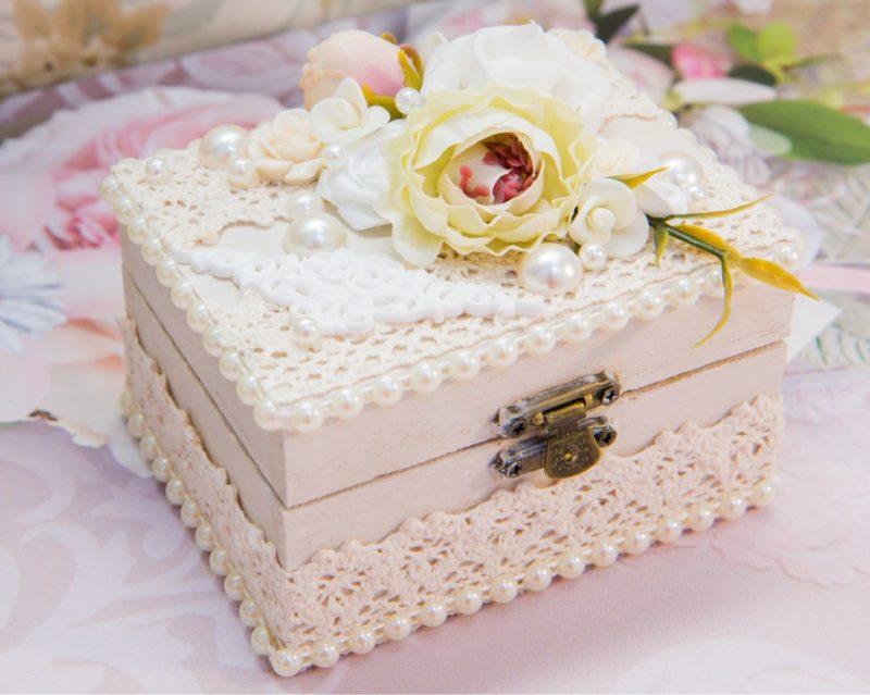 Романтичная шкатулка для колец, декорированная кружевом, жемчугом и бутонами.