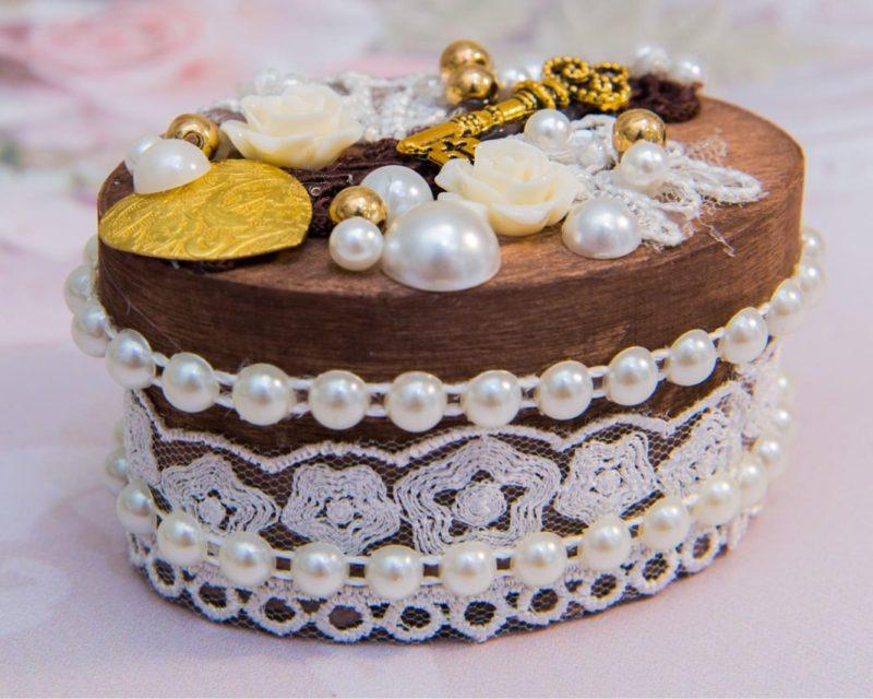 Необычная деревянная шкатулка для колец с объемным декором бусинами и бутонами.