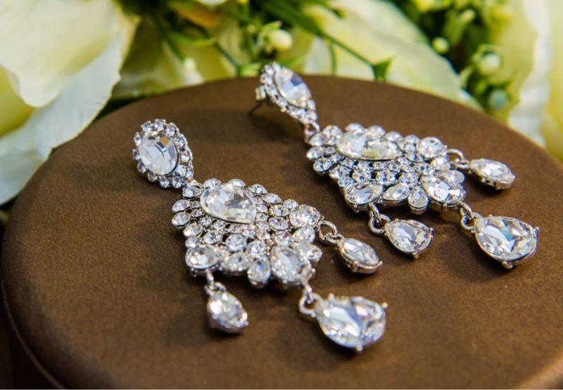 Великолепные серебристые сережки с подвесками и сияющими кристаллами.