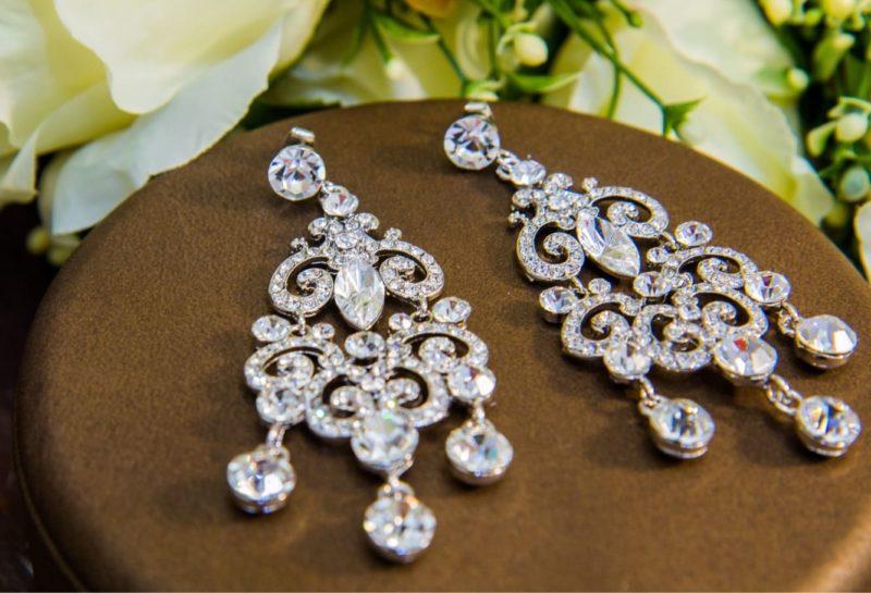 Роскошные длинные сережки с подвесками, украшенные крупными кристаллами.