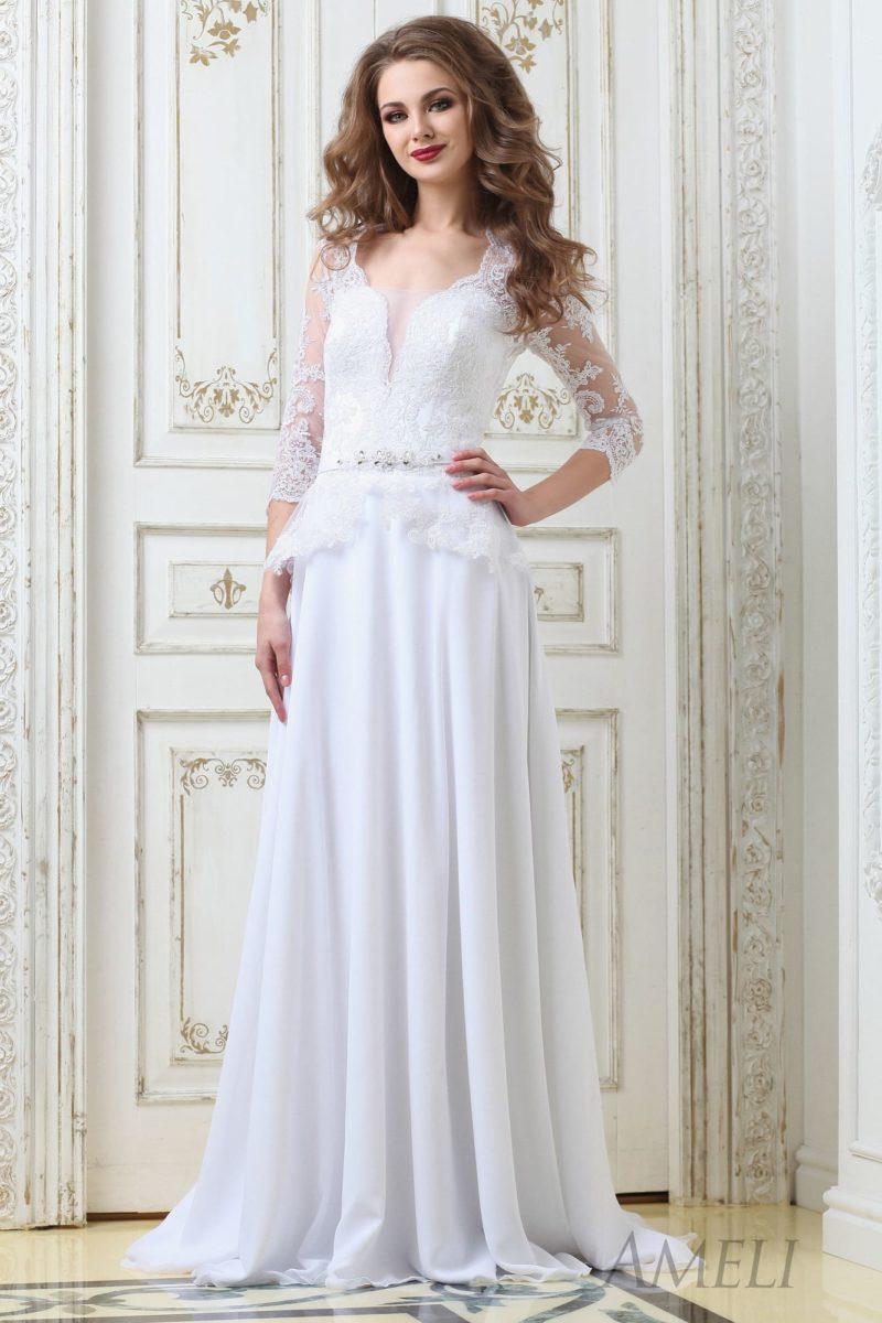 Прямое свадебное платье с элегантным шлейфом и оригинальной кружевной баской.