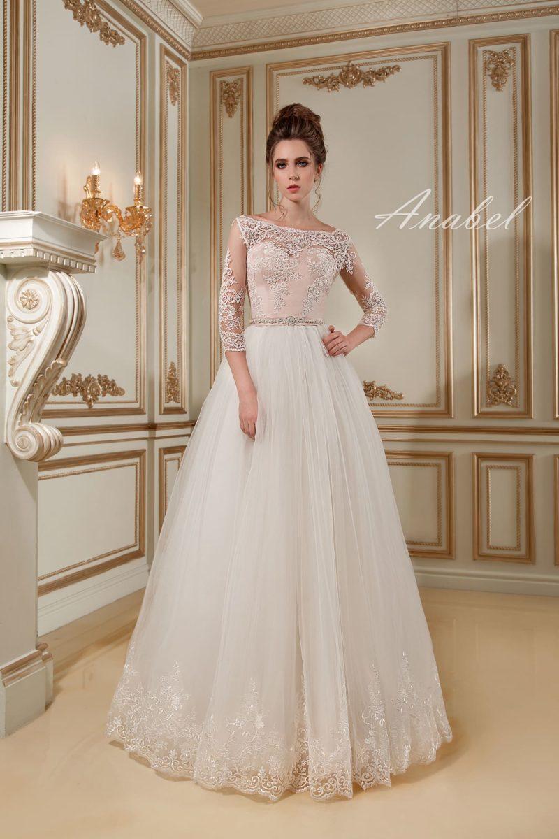 Свадебное платье «принцесса» с кремовым атласным корсетом и длинными рукавами.