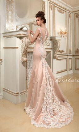 Утонченное свадебное платье пудрового цвета с силуэтом «русалка» и кружевным декором.