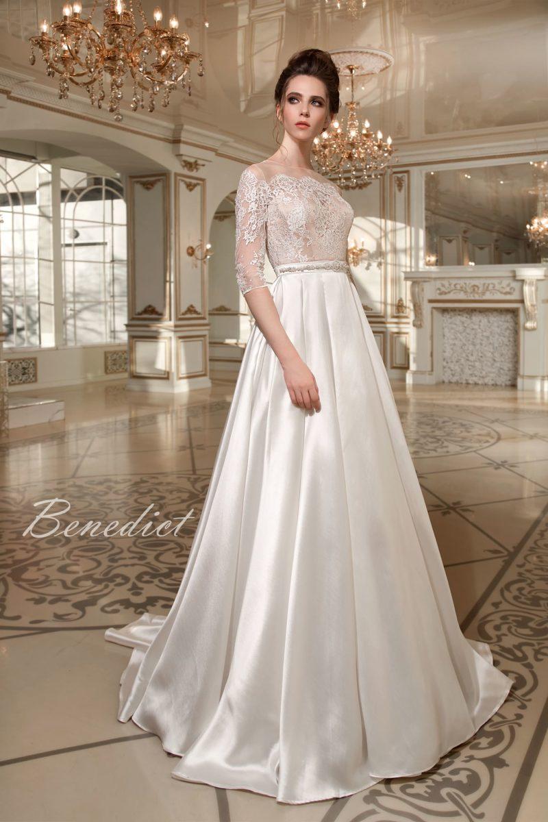 Закрытое свадебное платье А-силуэта с атласной юбкой и ажурным лифом на бежевой подкладке.
