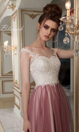 Пышное свадебное платье с кружевным лифом и роскошной юбкой с лиловым верхом.