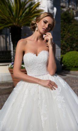 Царственное свадебное платье пышного кроя со съемным кружевным болеро с рукавом.