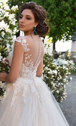 Романтичное свадебное платье кремового цвета с полупрозрачным фактурным корсетом.