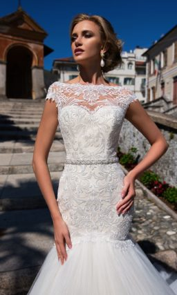 Фактурное свадебное платье силуэта «русалка» с потрясающим многослойным шлейфом.