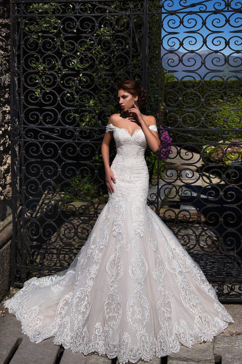 Великолепное свадебное платье из кружевной ткани, очерчивающее фигуру кроем «рыбка».