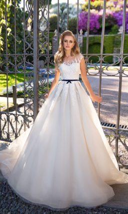 Оригинальное свадебное платье силуэта «принцесса» с узким черным поясом на талии.