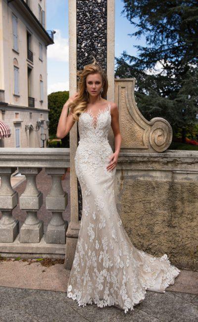 Облегающее свадебное платье на золотистой подкладке, покрытое белым кружевом.