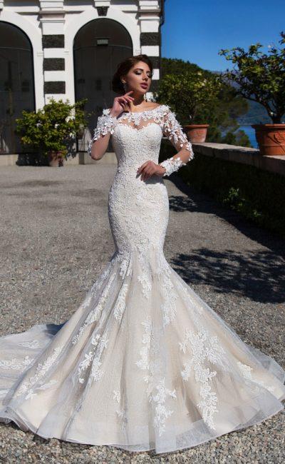 Облегающее свадебное платье «русалка» с длинным кружевным рукавом и шлейфом.