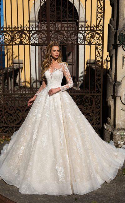 Торжественное свадебное платье А-силуэта с фактурной юбкой с пышным шлейфом.