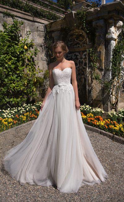 Женственное свадебное платье прямого силуэта с кружевным лифом в форме сердца.