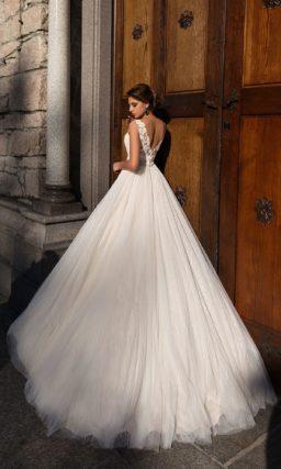 Нежное свадебное платье в ампирном стиле с глубоким вырезом и фактурной отделкой.