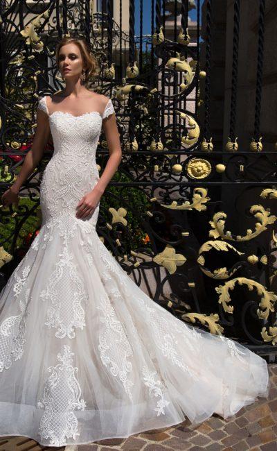 Облегающее свадебное платье с кружевной отделкой и великолепной юбкой «рыбка».