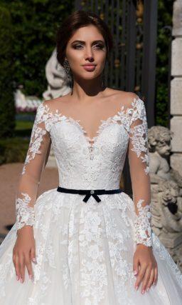 Элегантное свадебное платье с воздушной юбкой и нежным кружевным декором.