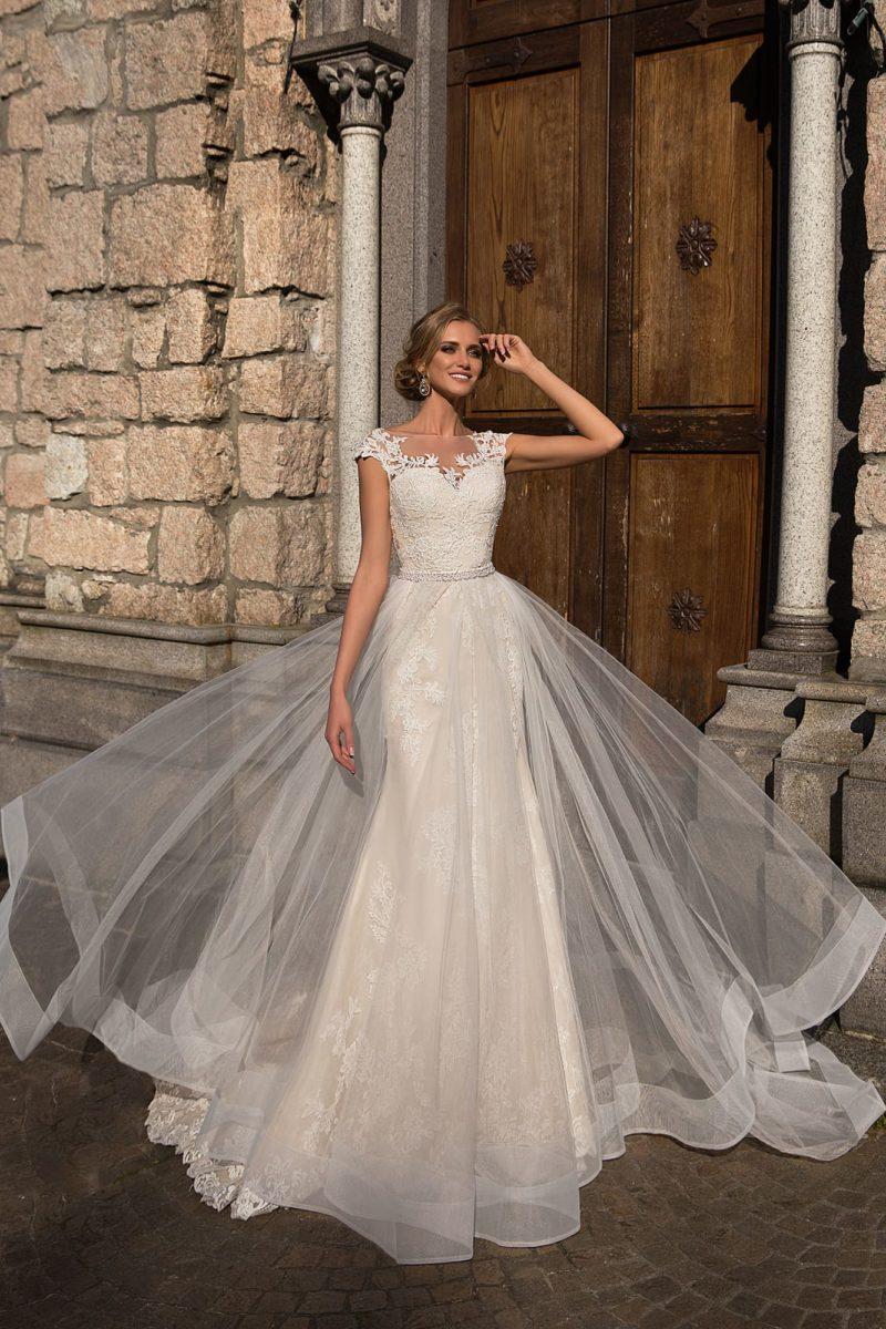 Оригинальное свадебное платье облегающего кроя с прозрачной верхней юбкой.