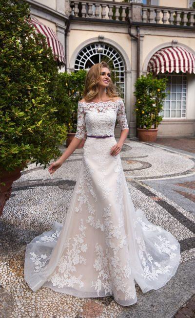 Нежное кружевное свадебное платье с подкладкой цвета слоновой кости и белым кружевом.