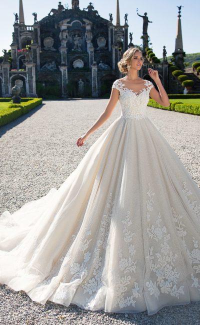 Роскошное свадебное платье пудрового цвета с кружевным декором и коротким рукавом.