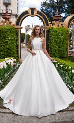 Красивое платье из атласа