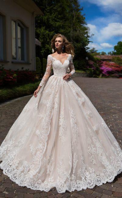 Изысканное свадебное платье «принцесса» с закрытым верхом, оформленное кружевом.