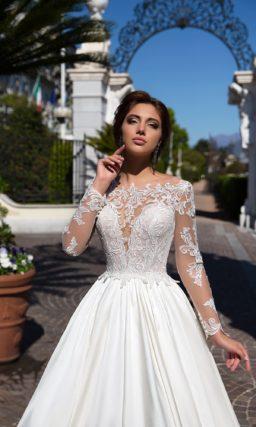 Утонченное свадебное платье с кружевным верхом и фигурным вырезом бато.