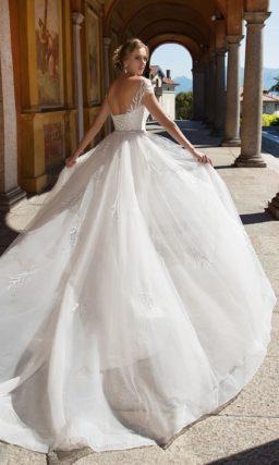 Открытое свадебное платье с пышным подолом и корсетом, выполненным из кружева.