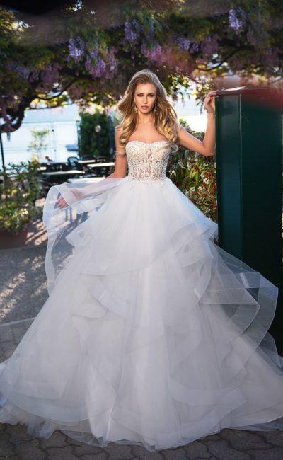 Воздушное свадебное платье с многослойной юбкой и соблазнительным ажурным верхом.