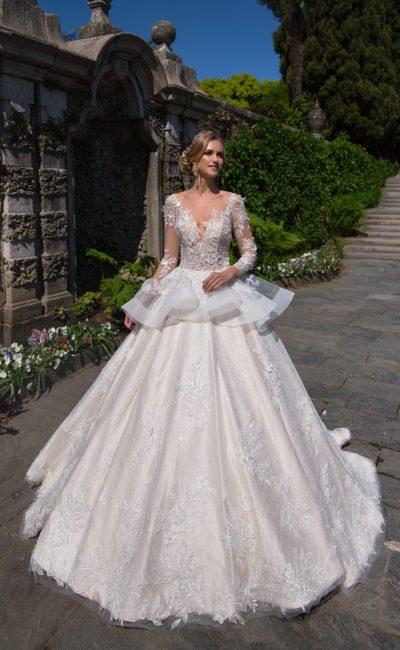 Необычное свадебное платье «принцесса» с пышной полупрозрачной баской на талии.