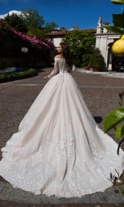 Свадебное платье с пышной розовой юбкой и роскошной отделкой кружевом.