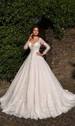 Эффектное свадебное платье «принцесса» с длинным рукавом из ажурной ткани.