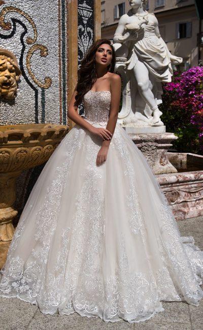 Кружевное свадебное платье бального силуэта с изысканным открытым декольте.