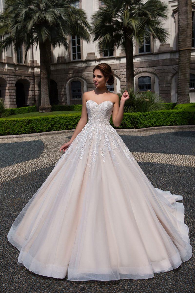 Лаконичное свадебное платье А-силуэта с открытым лифом в форме сердечка.