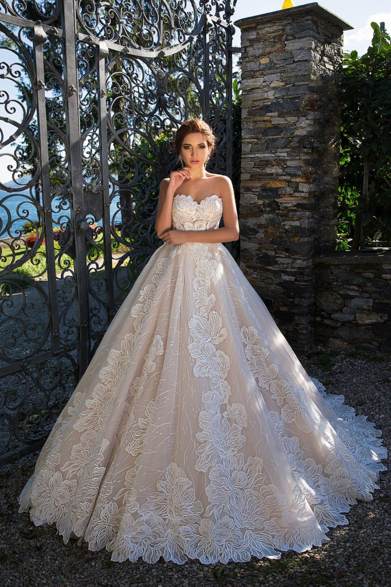Бежевое свадебное платье с роскошной юбкой «принцесса» и отделкой аппликациями.