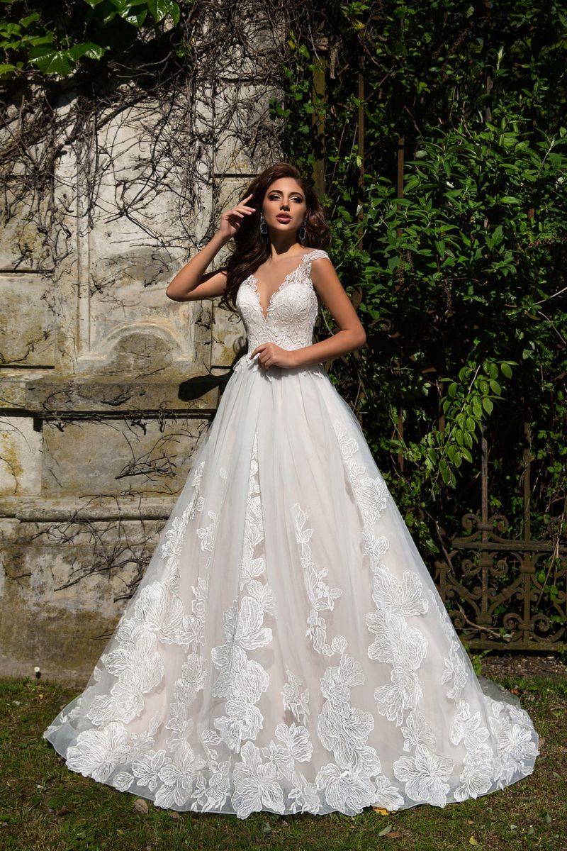 Романтичное свадебное платье с отделкой из аппликаций и V-образным вырезом.