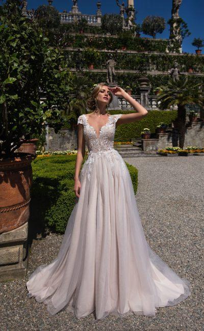 Чарующее свадебное платье с многослойной юбкой и коротким кружевным рукавом.