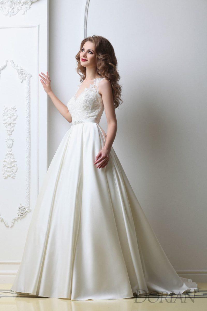 Изысканное свадебное платье А-силуэта  с элегантным кружевным лифом и шлейфом.