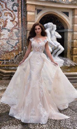 Оригинальное свадебное платье в кремовых тонах со сложной двойной юбкой со шлейфом.