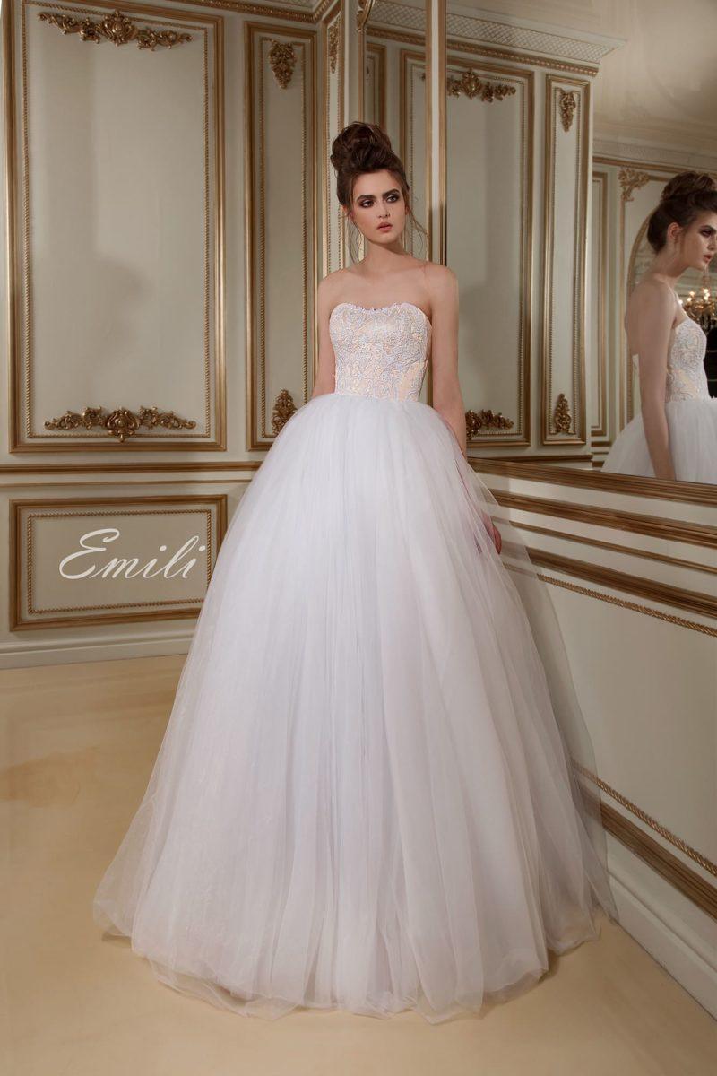 Элегантное свадебное платье пышного силуэта с золотистым открытым лифом с вышивкой.