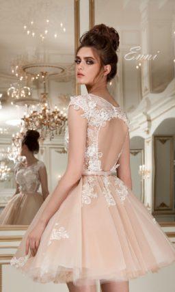 Короткое свадебное платье кремового цвета