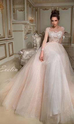 Свадебное платье персикового оттенка с эффектным шлейфом и кружевным лифом.