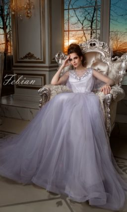 Прямое свадебное платье с серебристой вышивкой и V-образным вырезом на спинке.