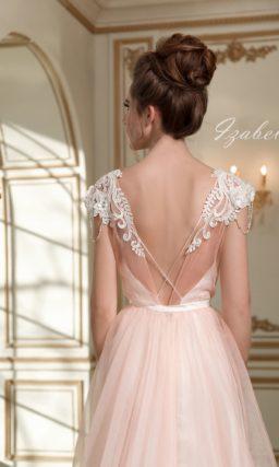 Стильное свадебное платье персикового цвета с многослойной юбкой и коротким рукавом.
