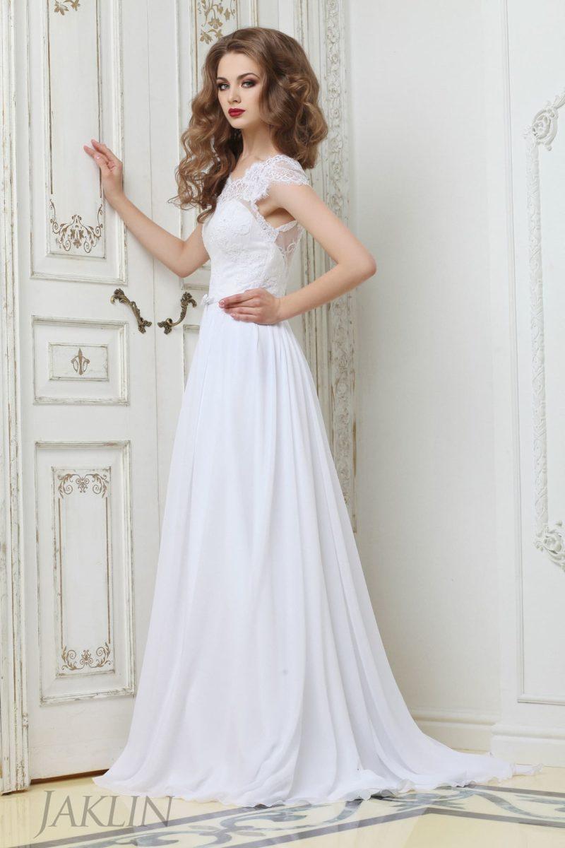 Деликатное свадебное платье с юбкой прямого кроя и закрытым кружевным верхом.