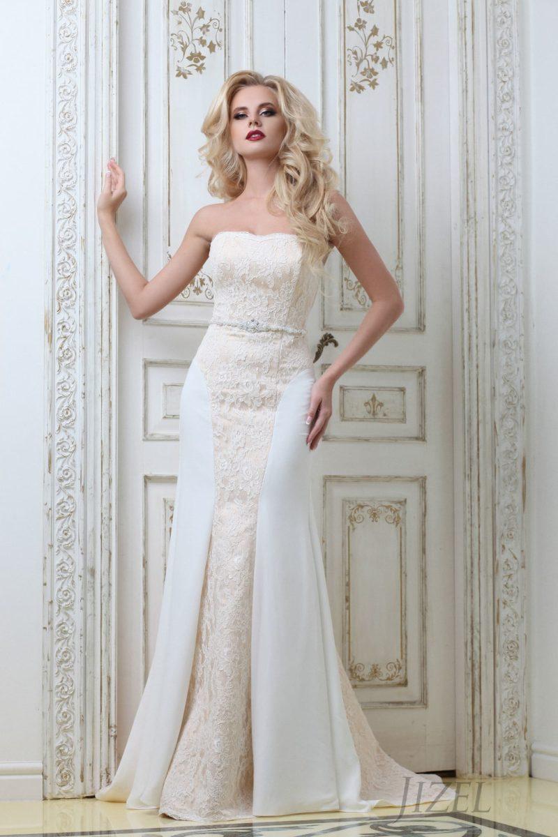 Открытое свадебное платье «русалка» с длинным шлейфом и декором из бежевого кружева.