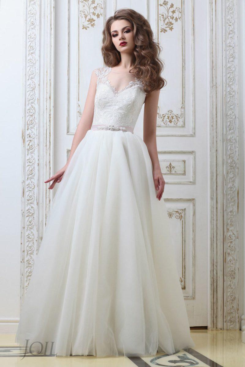 Нежное свадебное платье «принцесса» с розовым поясом и вырезом на спинке.