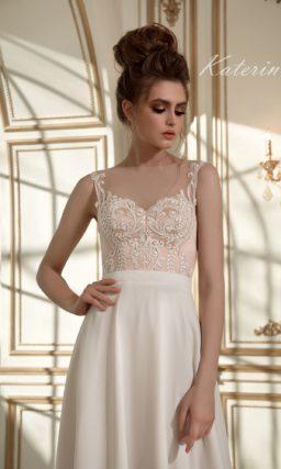 Прямое свадебное платье с розовым корсетом, украшенным белыми кружевными аппликациями.