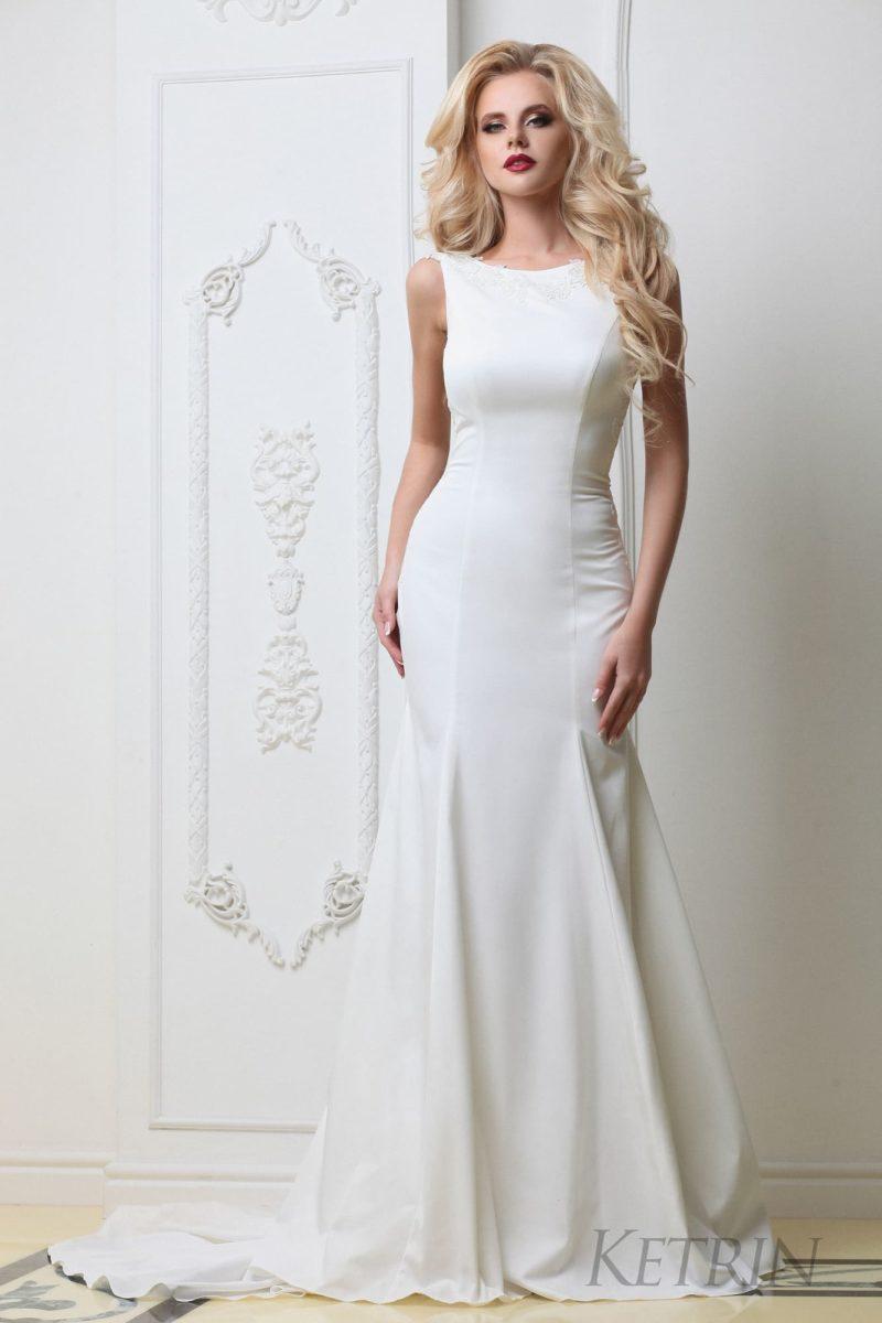 Утонченное свадебное платье «русалка» в минималистичном стиле, со шлейфом сзади.